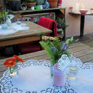 Wir haben keine Plastikblumen auf den Tischen stehen...
