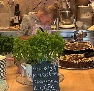 Anna, vertieft in's Kuchen-Dekorieren